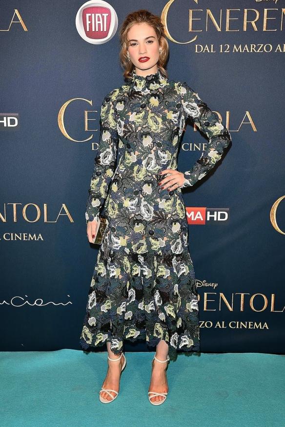 el blog de ana suero-el estilo de lily james-Erdem vestido estampado midi de manga larga