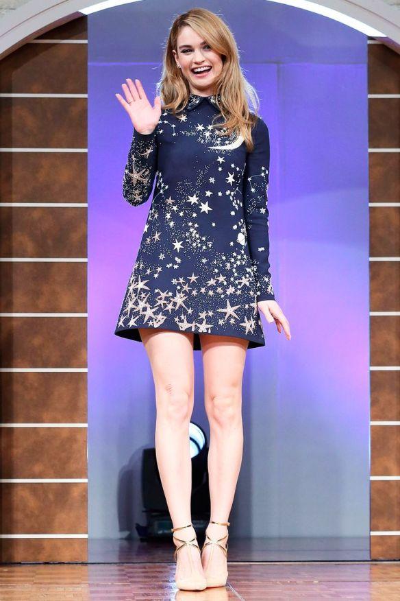 el blog de ana suero-el estilo de lily james-Valentino vestido corto azul oscuro con estrellas