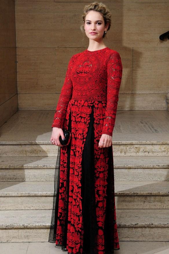 el blog de ana suero-el estilo de lily james-Valentino vestido largo rojo y negro encaje