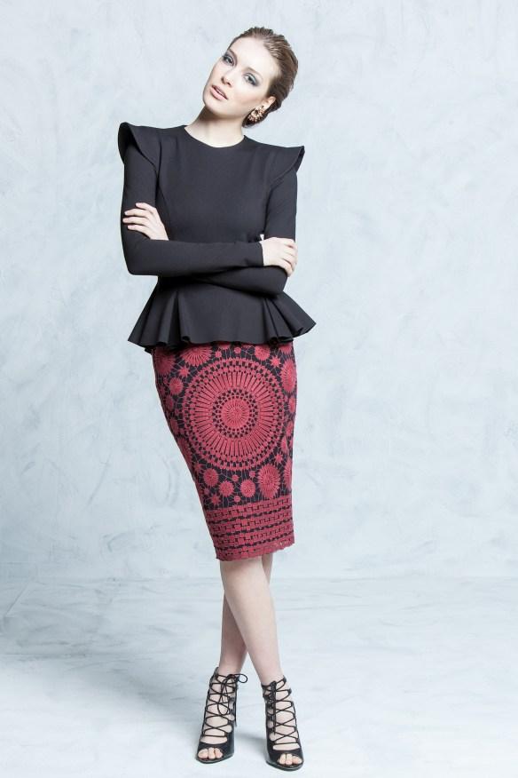 el blog de ana suero-vestidos para invitadas a una boda en otoño invierno-Colour Nude Top pleplum negro y falda lapiz estampada rojo y negro