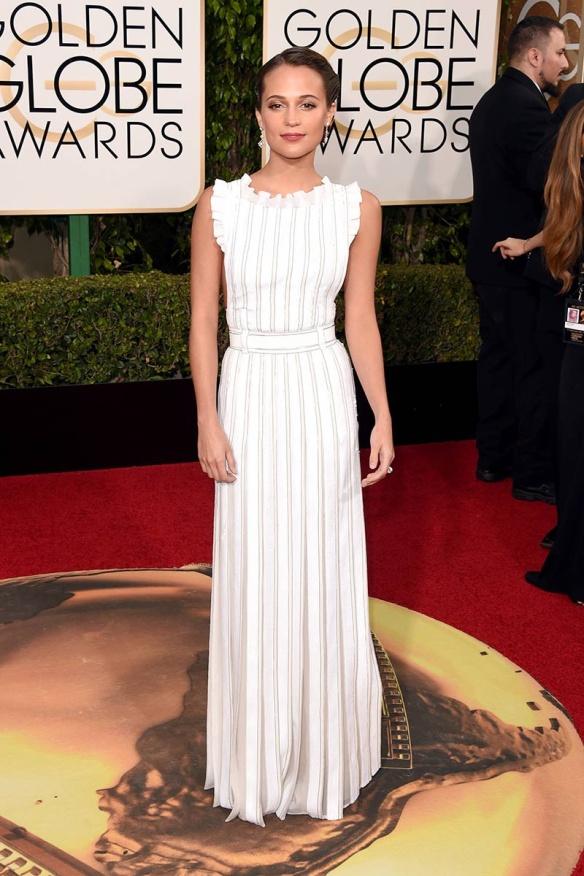 blog ana suero-Alfombra roja Globos Oro 2016-Alicia Vikander vestido Louis Vuitton blanco con tablas