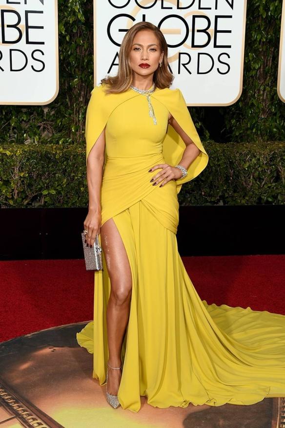 blog ana suero-Alfombra roja Globos Oro 2016-Jennifer Lopez vestido Giambattista Valli amarillo capa