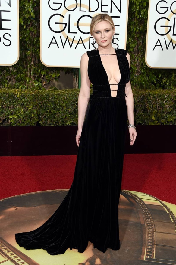 blog ana suero-Alfombra roja Globos Oro 2016-Kirsten Dunst vestido Valentino negro escotadísimo
