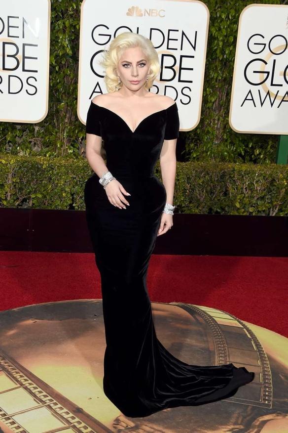 blog ana suero-Alfombra roja Globos Oro 2016-Lady gaga vestido Versace terciopelo negro