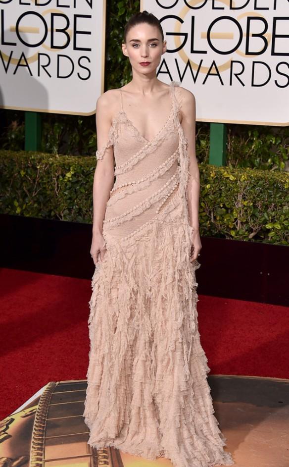 blog ana suero-Alfombra roja Globos Oro 2016-Rooney Mara vestido Alexander McQuenn rosa palo con jirones