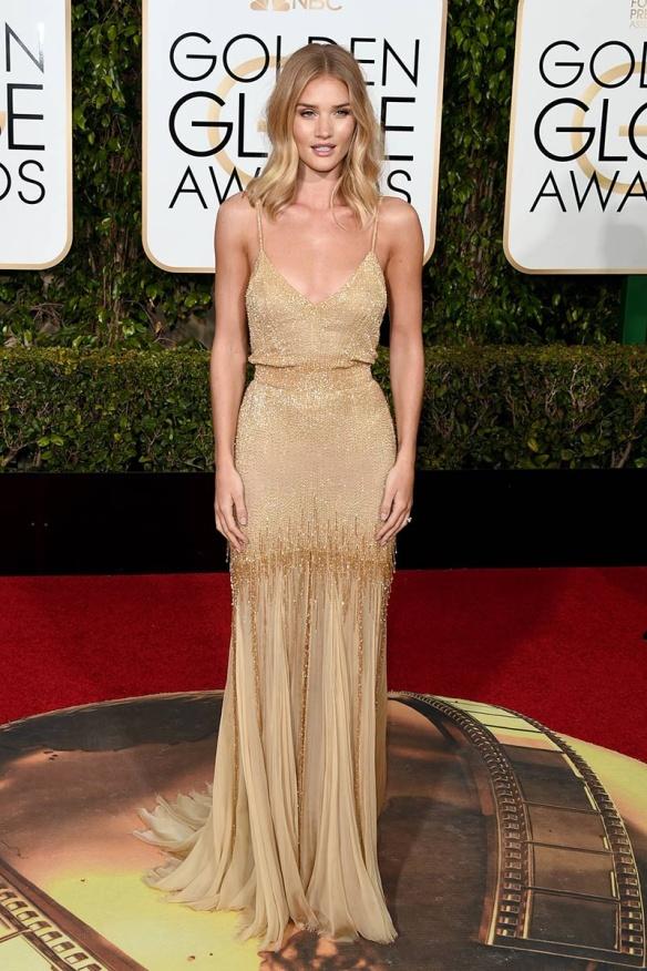 blog ana suero-Alfombra roja Globos Oro 2016-Rosie Huntington Whiteley vestido Versace paillettes dorado
