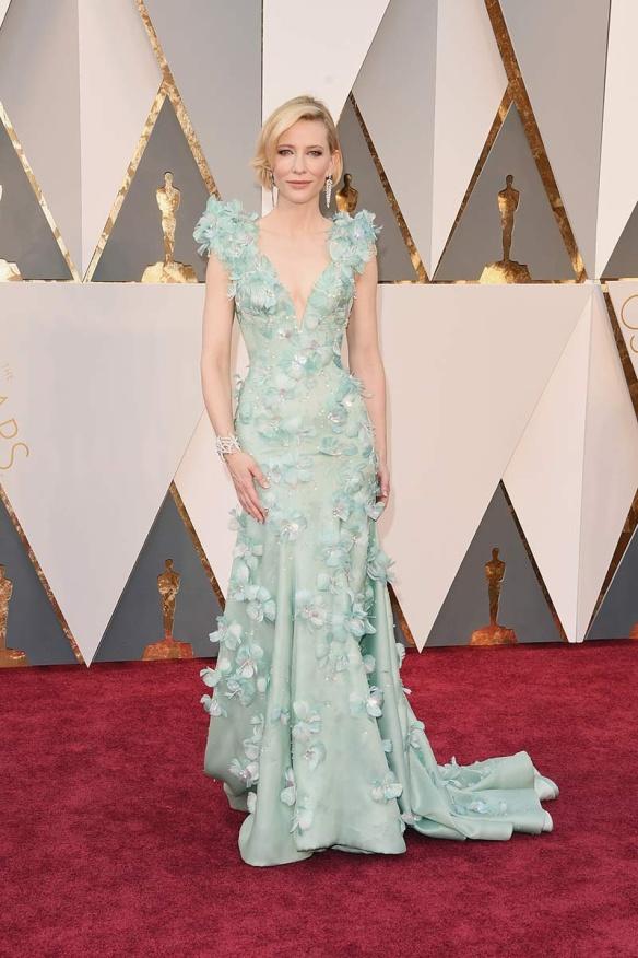el blog de ana suero-alfombra roja Oscars 2016-Cate Blanchett vestido Armani Prive verde mint flores en relieve