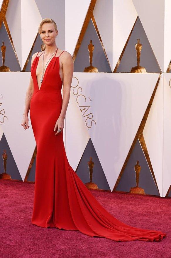 el blog de ana suero-alfombra roja Oscars 2016-Charlize Theron vestido Dior rojo escotazo