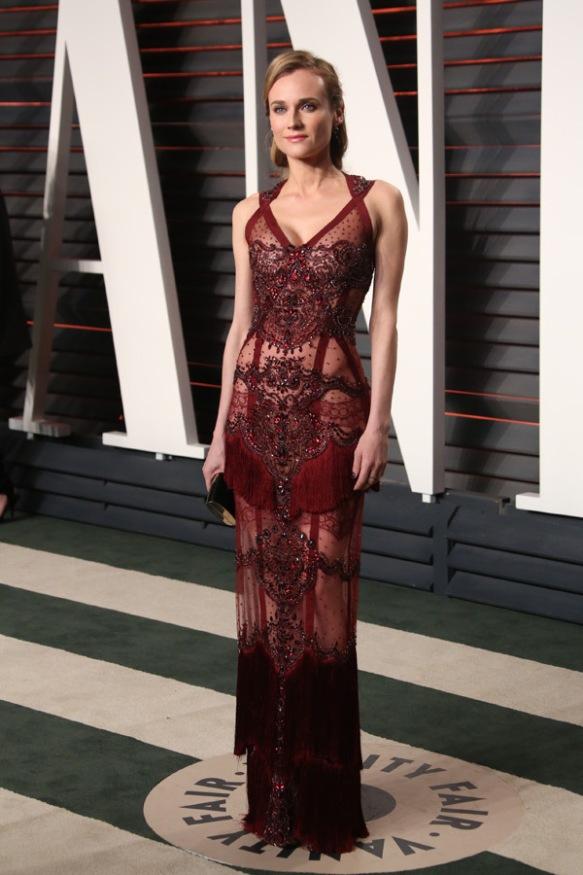 el blog de ana suero-alfombra roja Oscars 2016-Diane Kruger vestido burgundy pedrería transparencias Vanity fair´s Party