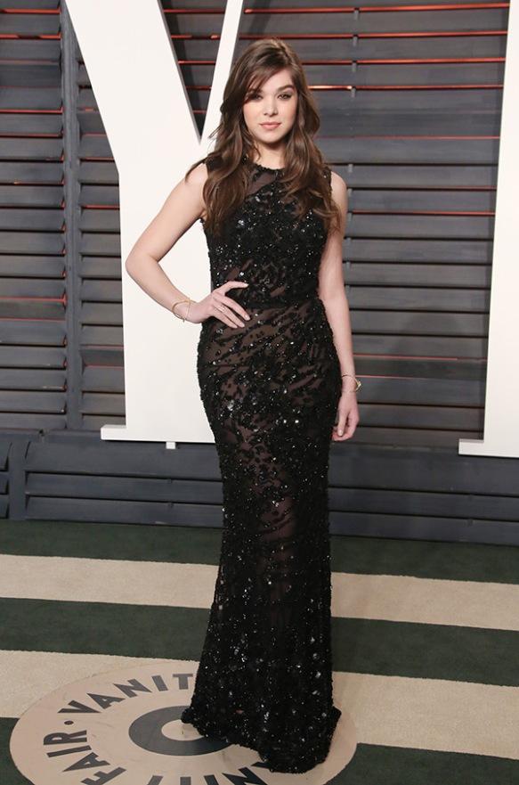 el blog de ana suero-alfombra roja Oscars 2016-Hailee Steinfeld vestido negro pedrería Vanity fair´s Party