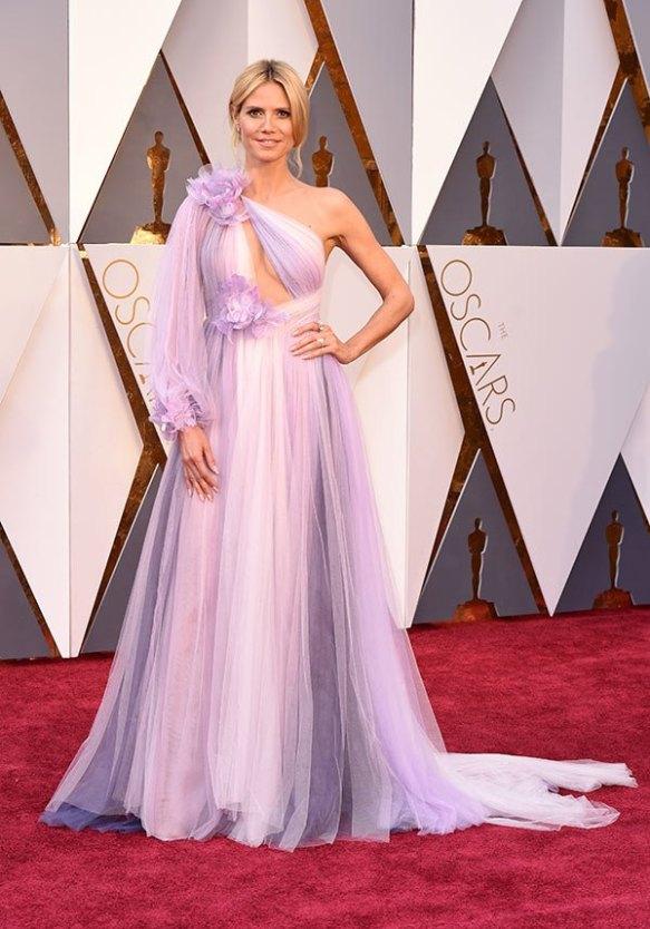 el blog de ana suero-alfombra roja Oscars 2016-Heidi Klum vestido Marchesa vaporoso asimetrico malva lila