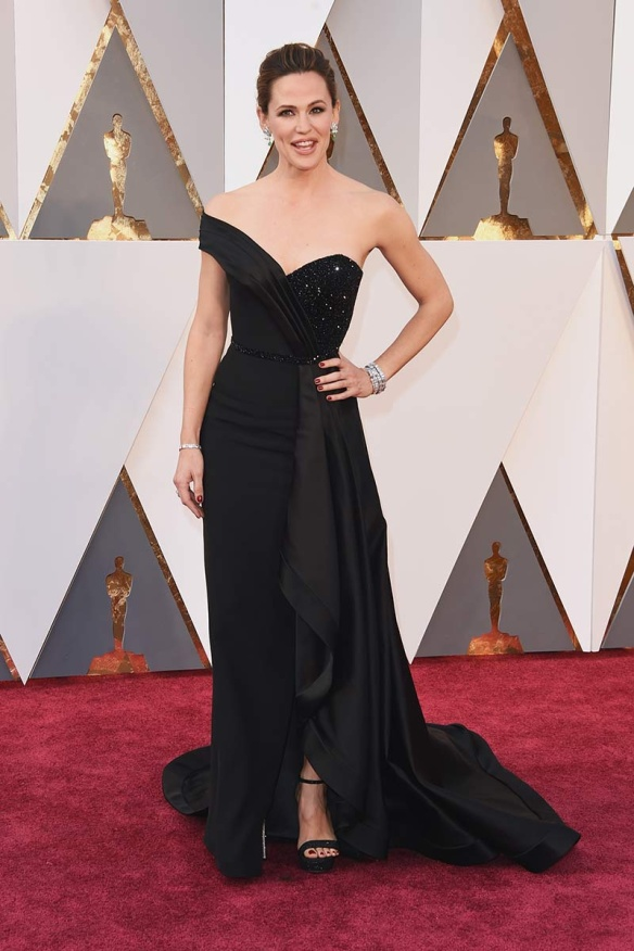 el blog de ana suero-alfombra roja Oscars 2016-Jennifer Garner vestido Versace negro asimetrico