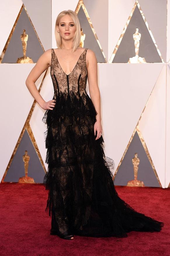 el blog de ana suero-alfombra roja Oscars 2016-Jennifer Lawrence vestido Dior lencero con plumas negras