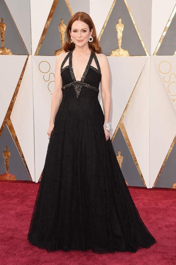 el blog de ana suero-alfombra roja Oscars 2016-Juliane Moore vestido Chanel negro pedreria escote