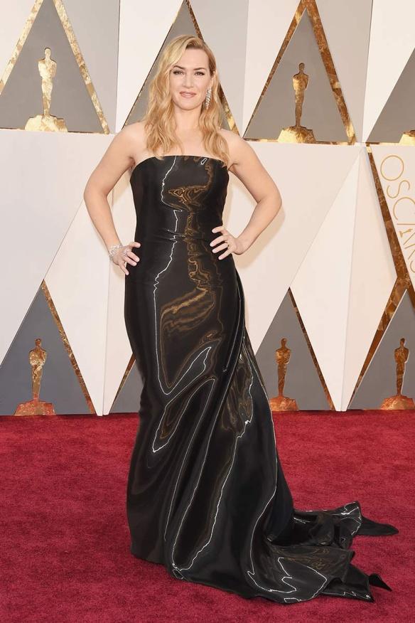 el blog de ana suero-alfombra roja Oscars 2016-Kate Winslet vestido Ralph Lauren palabra de honor negro efecto moare
