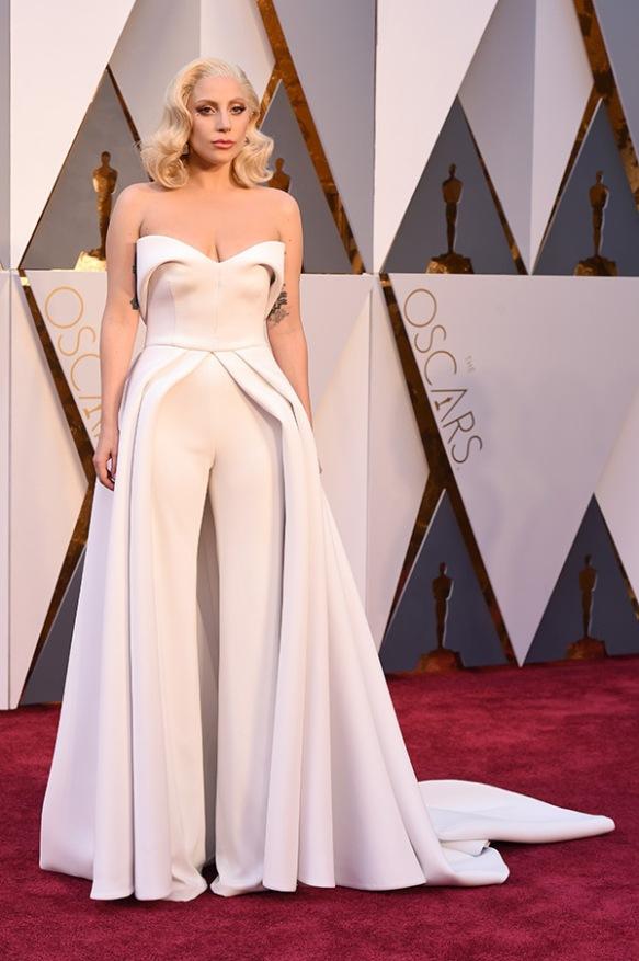 el blog de ana suero-alfombra roja Oscars 2016-Lady Gaga pantalones blancos palabra de honor