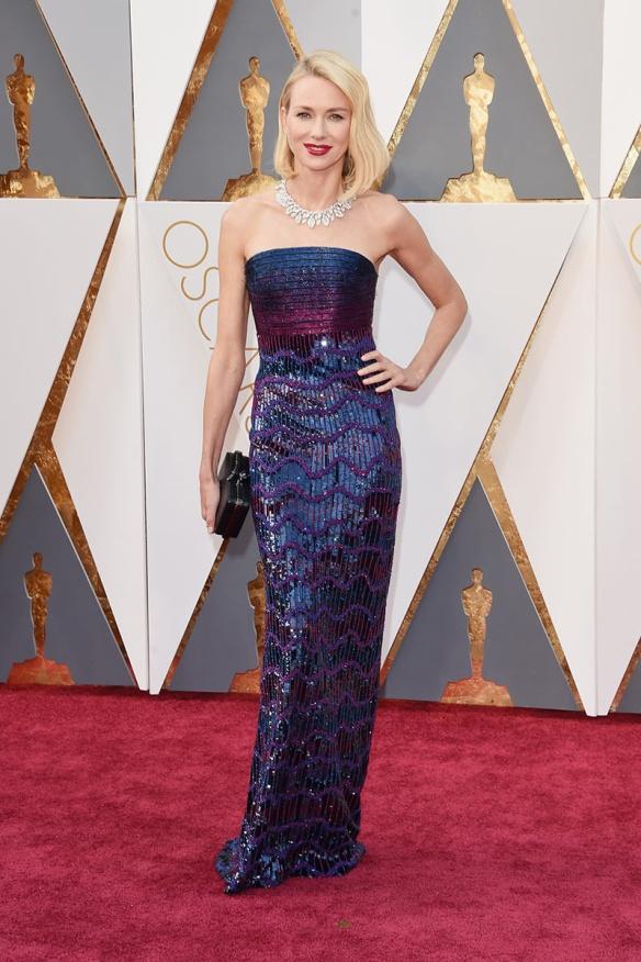 el blog de ana suero-alfombra roja Oscars 2016-Naomi Watts vestido Armani Prive palabra d ehonor paillettes azul y morado