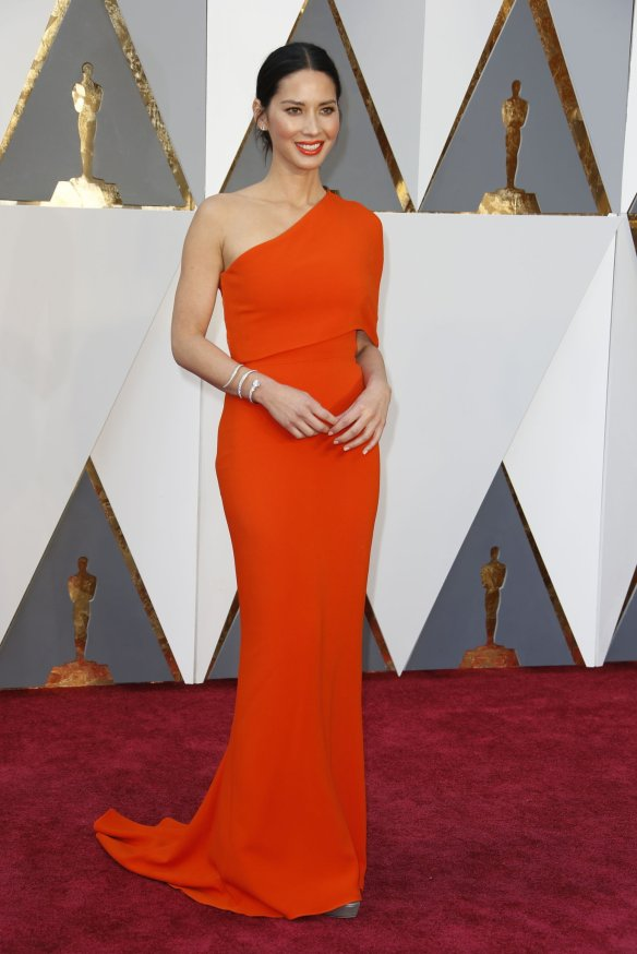 el blog de ana suero-alfombra roja Oscars 2016-Olivia Munn vestido Stella McCartney tangerine asimetrico