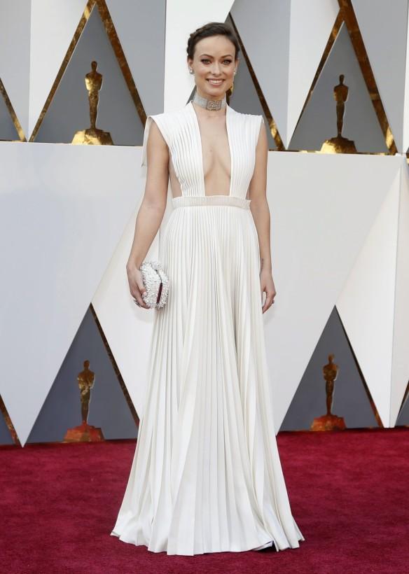 el blog de ana suero-alfombra roja Oscars 2016-Olivia Wilde vestido Valentino plisado blanco escotazo