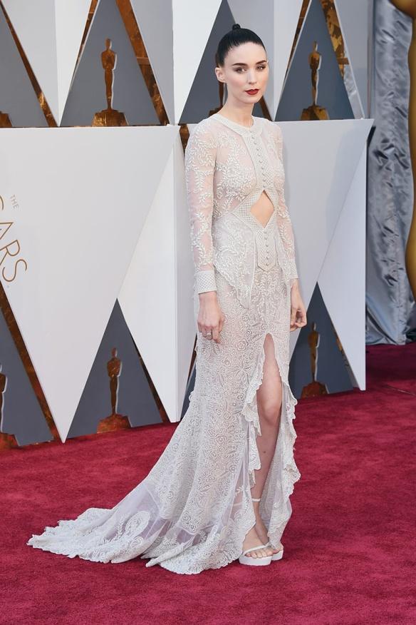 el blog de ana suero-alfombra roja Oscars 2016-Rooney Mara vestido Givenchy encaje y abertura pierna blanco
