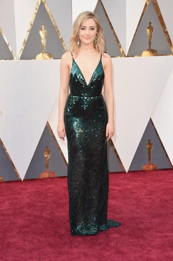 el blog de ana suero-alfombra roja Oscars 2016-Soirse Ronan vestido Calvin Klein escotadisimo verde paillettes