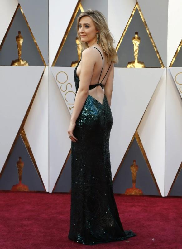 el blog de ana suero-alfombra roja Oscars 2016-Soirse Ronan vestido Calvin Klein escotadisimo verde paillettes2