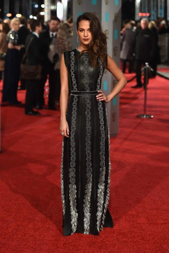 el blog de ana suero-Bafta 2016-Alicia Vikander vestido Louis Vuitton negro cuero plumas blancas