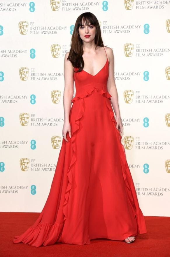 el blog de ana suero-Bafta 2016-Dakota Johnsson vestido Dior rojo fluido gran escote