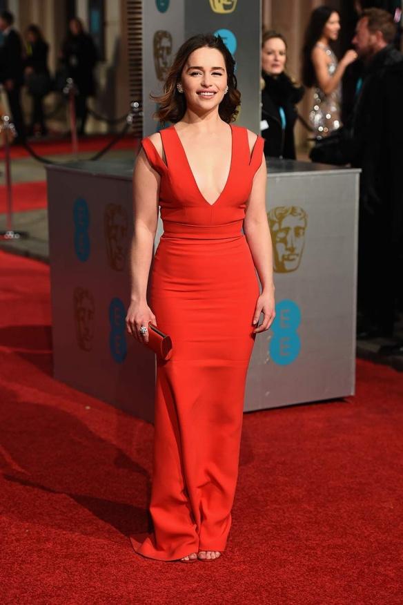 el blog de ana suero-Bafta 2016-Emilia Clarke vestido rojo ceñido gran escote