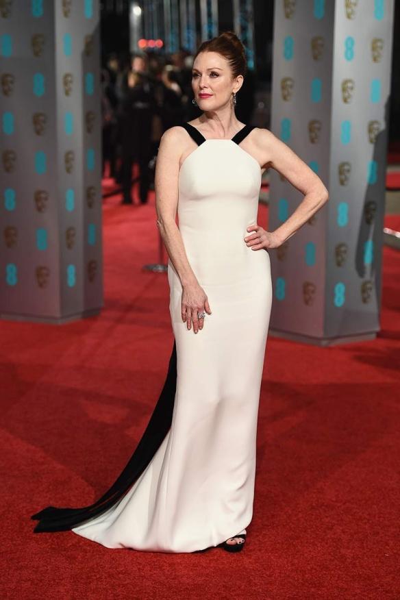 el blog de ana suero-Bafta 2016-Julianne Moore vestido Armani blanco tirantes negros terciopelo