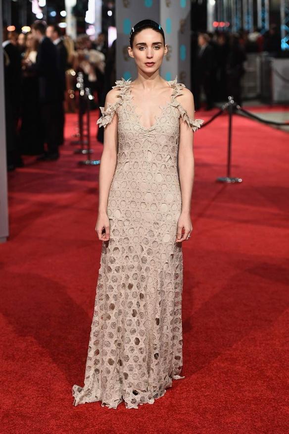 el blog de ana suero-Bafta 2016-Rooney Mara vestido Alexander McQueen plumas y flores colores 3dGivenchy beige calado