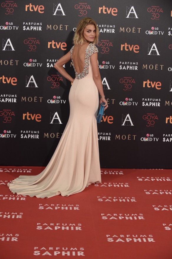 el blog de ana suero-Goyas 2016-Amaia Salamanca vestido rosa claro pedreria espalda Pronovias