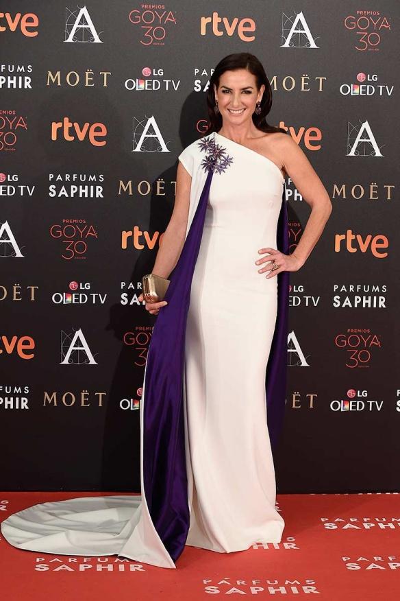 el blog de ana suero-Goyas 2016-Belen Lopez vestido blanco asimetrico y capa morada