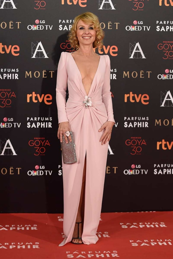 el blog de ana suero-Goyas 2016-Cayetana Guillen Cuervo vestido escotazo rosa claro Lorenzo Caprile