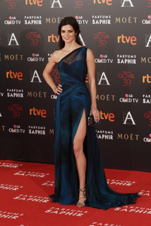 el blog de ana suero-Goyas 2016-Clara Lago vestido azul abertura George Chakra