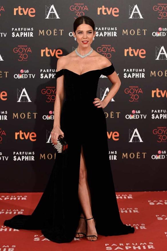 el blog de ana suero-Goyas 2016-Juana Acosta vestido negro escote barco Isabel Basaldua