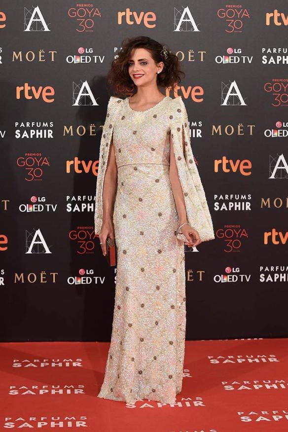 el blog de ana suero-Goyas 2016-Macarena Gomez vestido pedreria capa Teresa Helbig