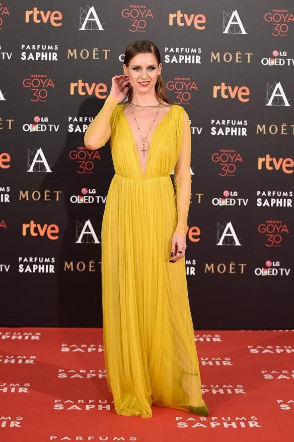 el blog de ana suero-Goyas 2016-Manuela Velles vestido griego amarillo mostaza Cortana
