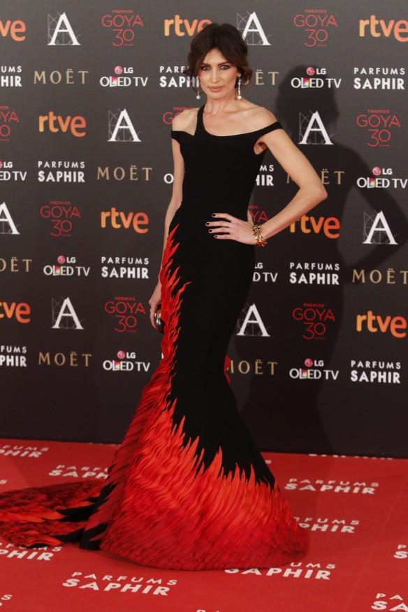 el blog de ana suero-Goyas 2016-Nieves Alvarez vestido sirena negro y rojo George Chakra
