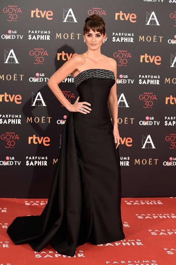 el blog de ana suero-Goyas 2016-Penelope Cruz vestido negro palabra honor Versace