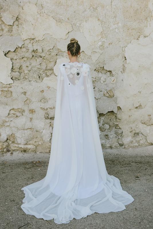 el blog de ana suero-Vestidos novia 2016-Beba´s Closet vestido recto escote pico y capa ligera flores2