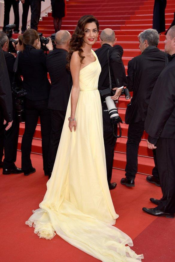 el blog ana suero-Alfombra roja Festival Cannes 2016-Amal Clooney Vestido Versace asimetrico amarillo vaporoso