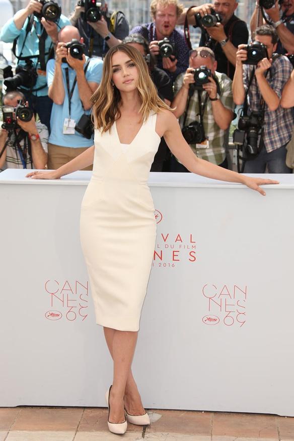 el blog ana suero-Alfombra roja Festival Cannes 2016-Ana de Armas Vestido blanco lapiz Victoria Beckham