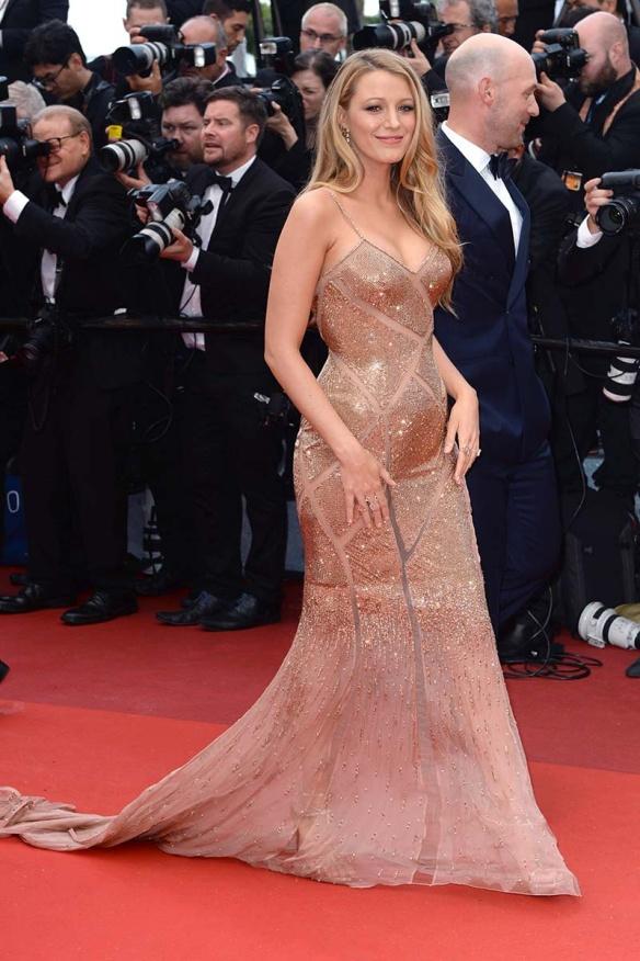el blog ana suero-Alfombra roja Festival Cannes 2016-Blake Lively Vestido Versace paillettes bronce escotazo