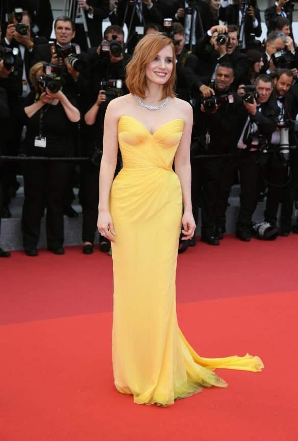 el blog ana suero-Alfombra roja Festival Cannes 2016-Jessica Chastain Vestido Armani Prive amarillo palabra honor corazon