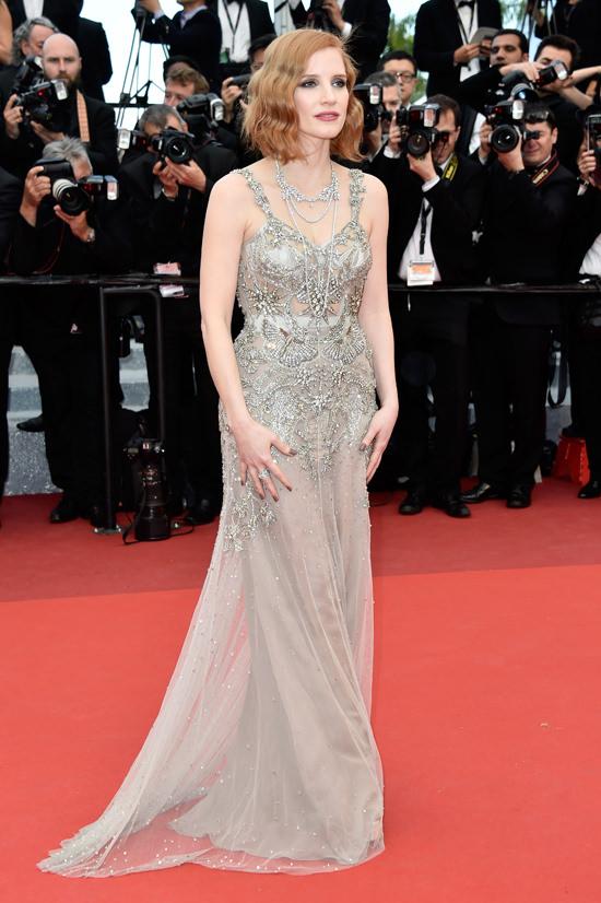 el blog ana suero-Alfombra roja Festival Cannes 2016-Jessica Chastain Vestido joya Alexander McQueen transparencias metalizado