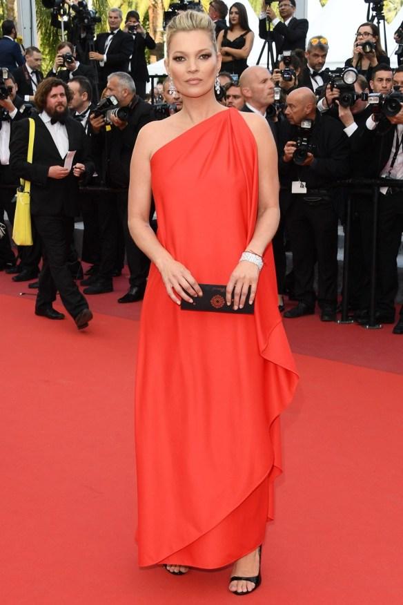 el blog ana suero-Alfombra roja Festival Cannes 2016-Kate Moss Vestido rojo Halston asimétrico