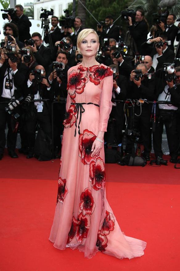 el blog ana suero-Alfombra roja Festival Cannes 2016-Kirsten Dunst Vestido Gucci rosa claro enormes flores rojas negras