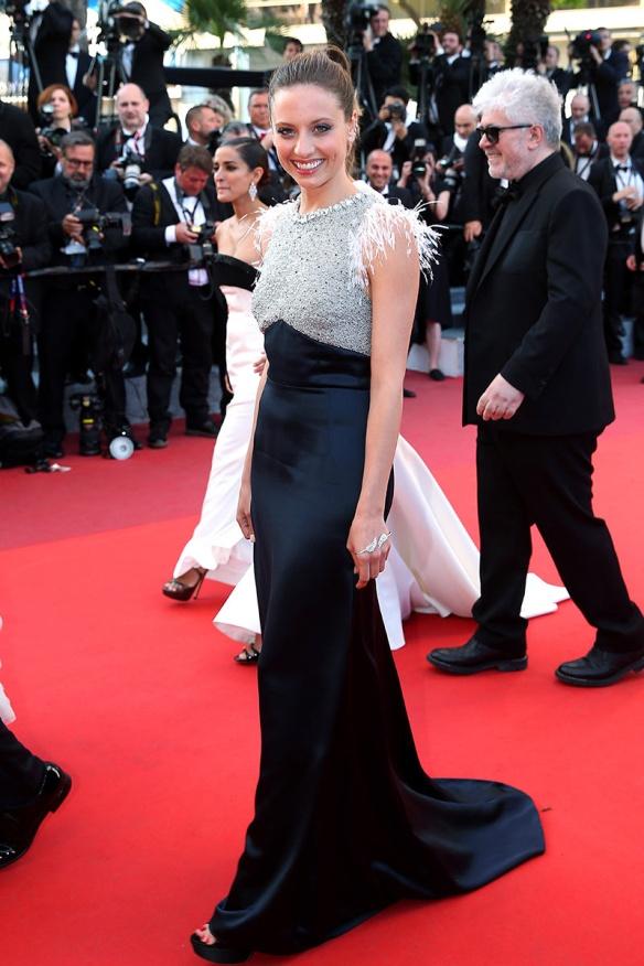 el blog ana suero-Alfombra roja Festival Cannes 2016-Michelle Jenner Vestido Miu Miu negro plateado plumas