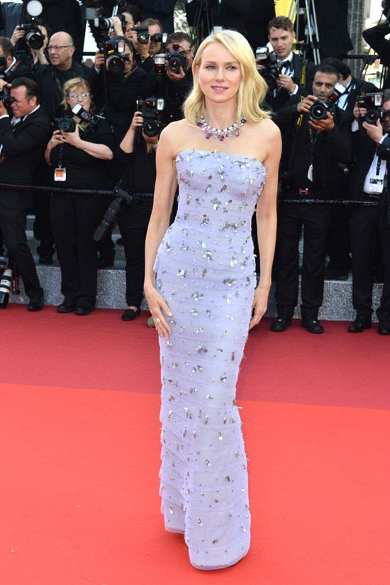el blog ana suero-Alfombra roja Festival Cannes 2016-Naomi Watts Vestido Armani Prive lila palabra honor aplicaciones